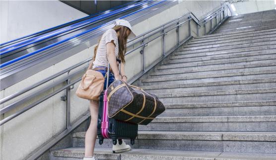 荷物のせいで階段の昇り降りが大変